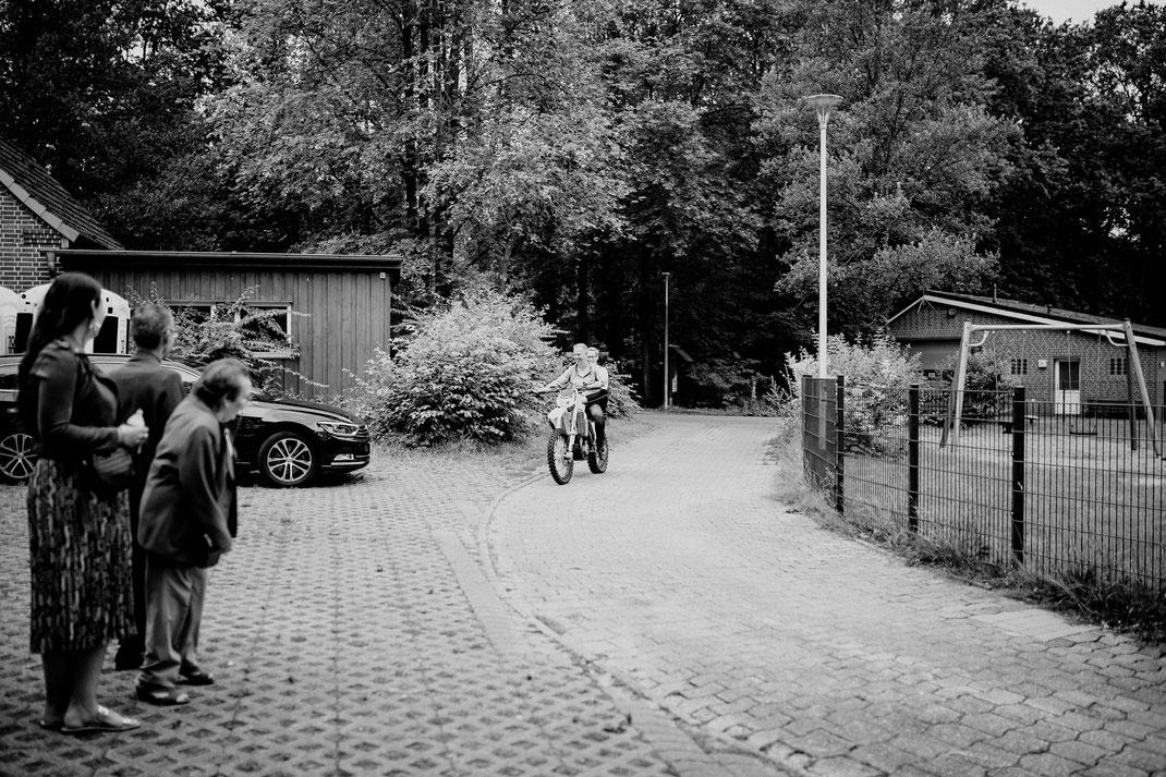 Ovelgönner Wassermühle, teich, see, neu wulmstorf, buxtehude, standesamt, trauung, standesamtliche, motorrad, quad, brautpaar, ankunft, empfang, parkplatz, motocross