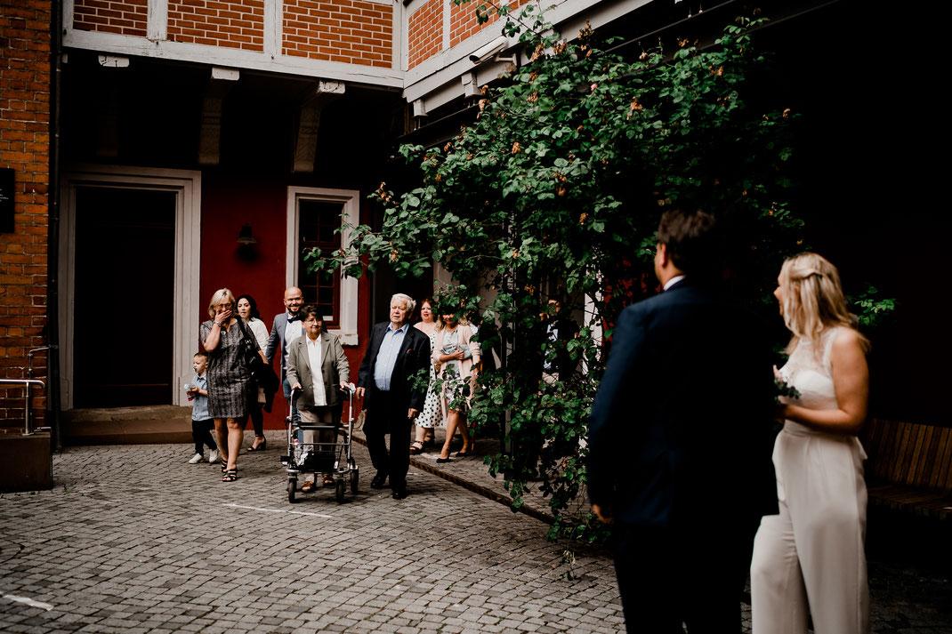 Hamburg, Winsen, Luhe, Schloss, Standesamt, Trauung, Hochzeit, Corona, Standesamtliche, Fotografin, Reportage, Real Wedding, realwedding, Brautpaar, Wasser, Schlosspark, corona, vorfreude, first look, mama, oma,