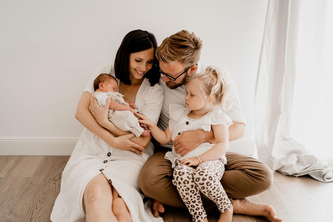 homestory, newborn, baby, neugeborenes, neugeboren, zuhause, foto, home, bremervörde, zeven, sittensen, buxtehude, horneburg, bremen, hamburg, kinderzeimmer, schwester, familie, familienfoto