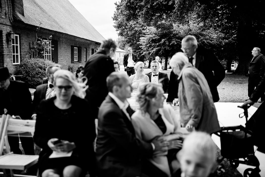 getting ready in Kiel, zuhause, bei Mama, Brautschuhe, Stumpfband, Details, Standesamtliche Trauung, draußen im Garten, brautkleid anziehen, verwante, hilfe, wedding, realwedding, stade, bremen, hamburg, jork, zeven, bräutigam, einzug,