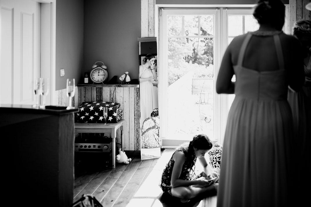 Kirchliche Trauung in Oese bei Bremervörde, Weddinginspo, Sommerhochzeit im Vintage Styl mit Brautjungfern und mans, fotografin aus Hamburg, stade, buxtehude, brautkleid, getting ready, geschenke, morgengabe, freundinnen, tränen im Spiegel
