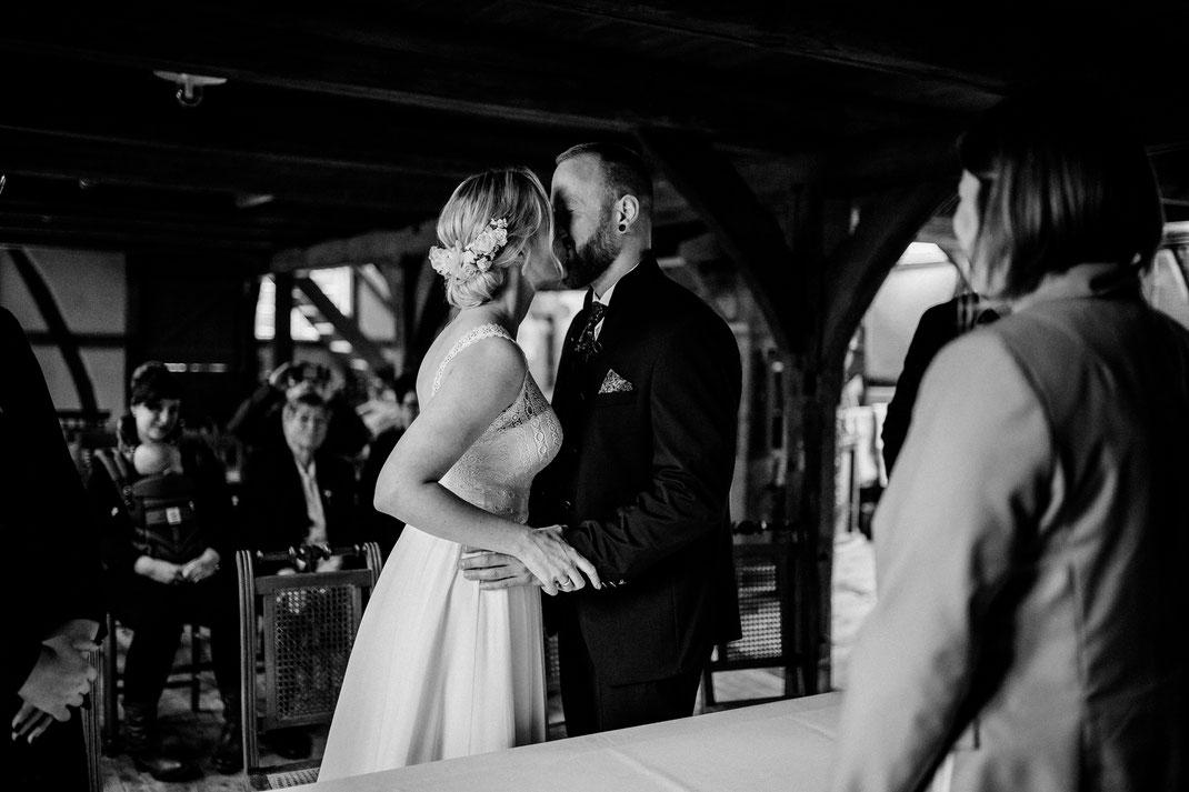 teichmann, samuelsen, hochzeit, wedding, braut, paar, brautpaar, sittensen, mühle, idee, posen, standesamt, zeven, bremen, altes land, glück, liebe, real, echt, fotografin, der erste Kuss als Ehepaar