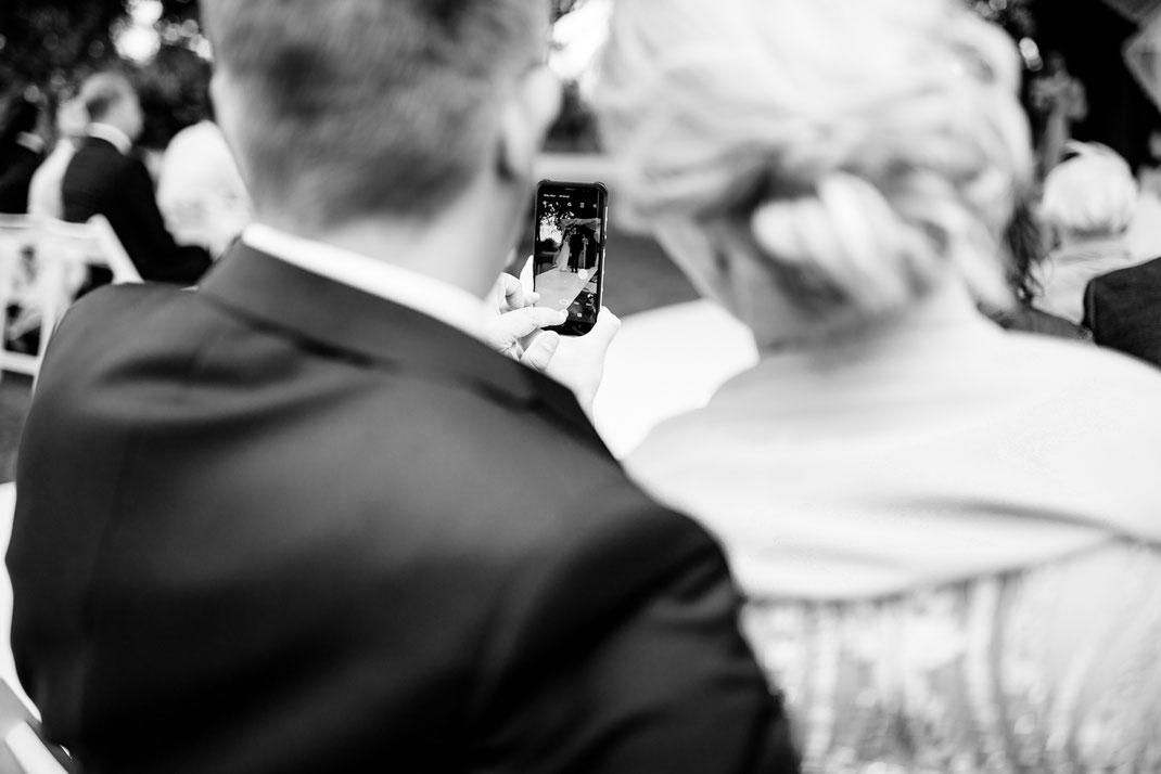 Kiel, Standesamtliche Trauung, draußen im Garten, wedding, realwedding, stade, bremen, hamburg, jork, zeven, große Diele Rade, selfi,  love, brautpaar