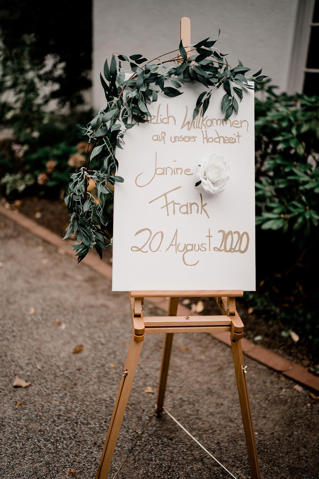Haus Hünenburg, Achim, Bremen, Hochzeitsfeier, Heiraten, Willkommensschild, Schild, Staffelei, Deko, Fotografin, Verden, Vanessa Teichmann, Samuelsen,