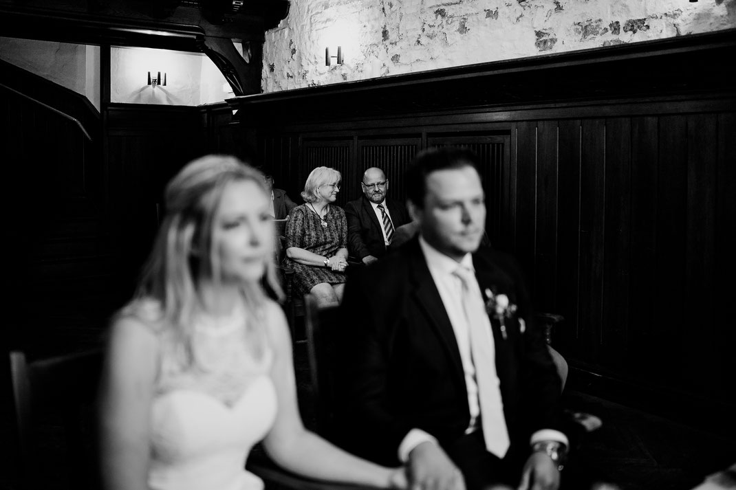 Hamburg, Winsen, Luhe, Schloss, Standesamt, Trauung, Hochzeit, Corona, Standesamtliche, Fotografin, Reportage, Real Wedding, realwedding, Brautpaar, Wasser, Schlosspark, Eltern, Schwiegereltern, Rede