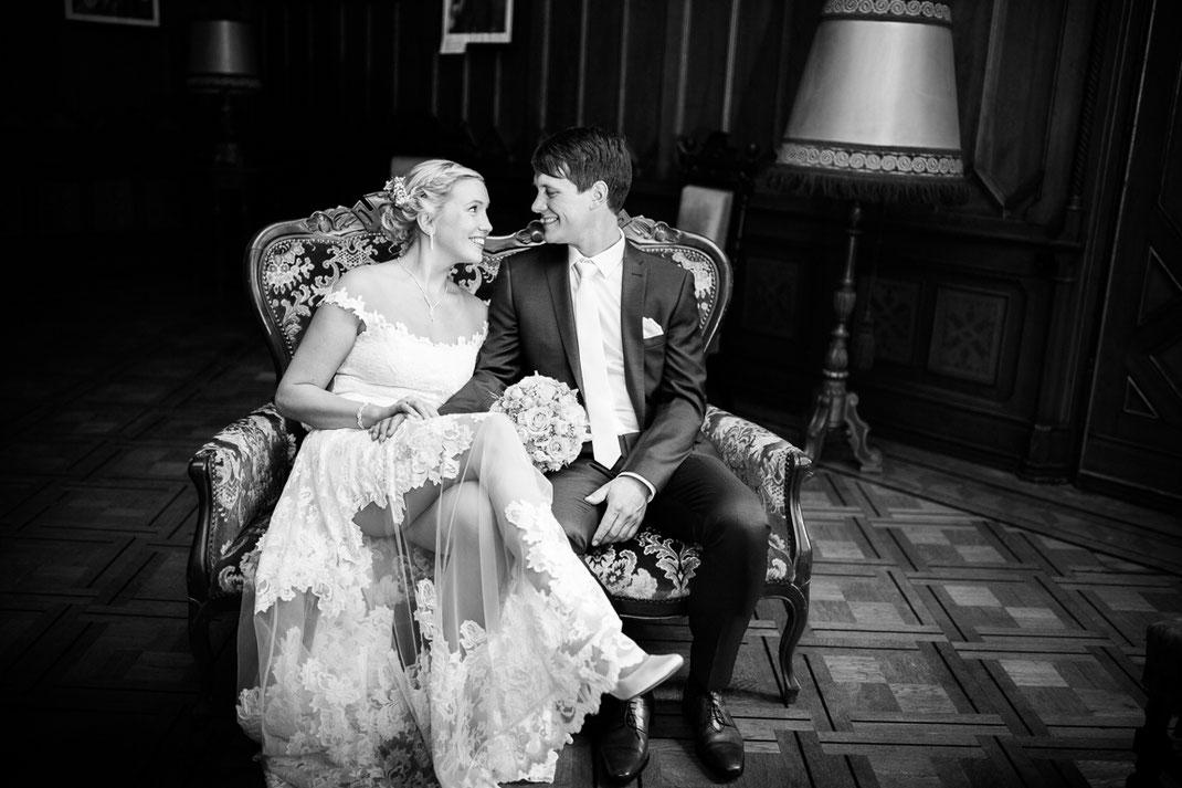 Schloss Etelsen, Burg, Brautpaar, Brautkleid, Spitze, Sessel, Vintage, Grünehochzeit, Wedding, Fotoshoot, Fotograf, Fotografin, Burg Sittensen, Tiste, Moorbahn, Wedding