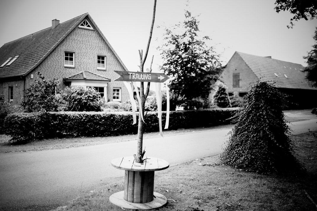 Freie Trauung in Tiste beim Klostergut Burgsittensen mit fotografin Vanessa Teichmann Samuelsen und der rednerin Jasmin Rathke von Trauzucker aus Hamburg. Sommer 2018 Hochzeit Vintage Wedding Wegweiser Schilder