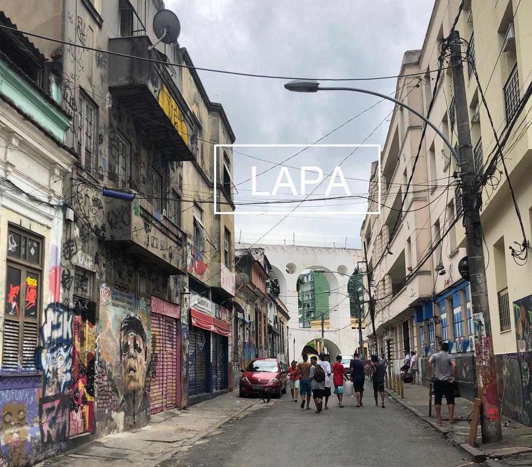 Une rue de Lapa avec l'arche au loin
