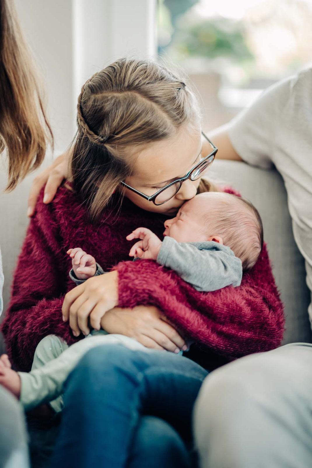 küsschen-familienfotos-natürlich-zu-hause-geborgenheit-fotografieren