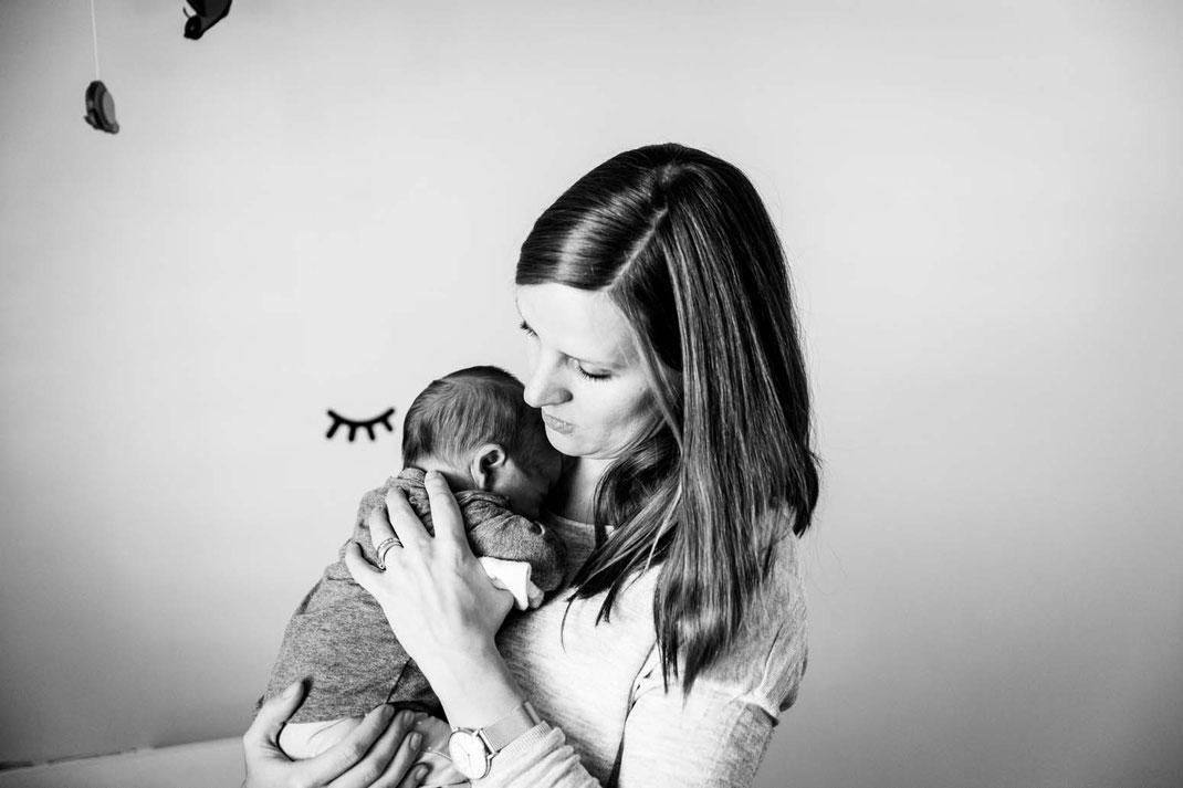 kuscheln-familienfotos-natürlich-zu-hause-geborgenheit-fotografieren