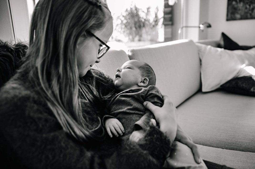 neugeboren-familienfotos-natürlich-zu-hause-geborgenheit-fotografieren