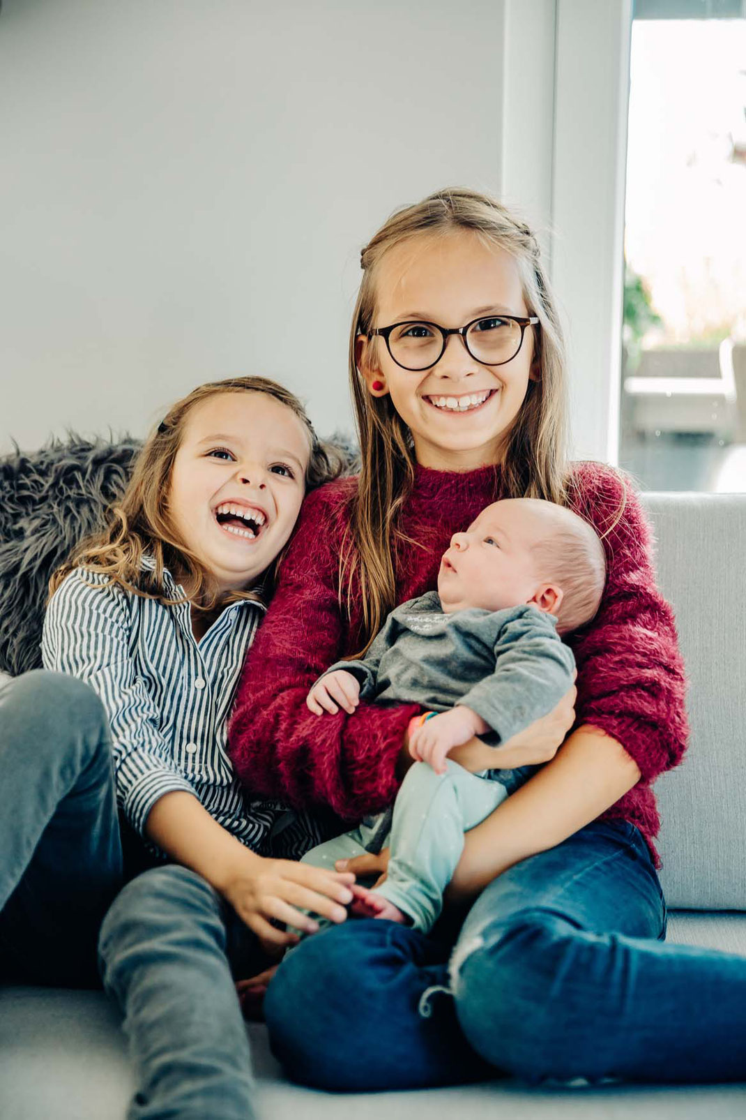 mädels-familienfotos-natürlich-zu-hause-geborgenheit-fotografieren