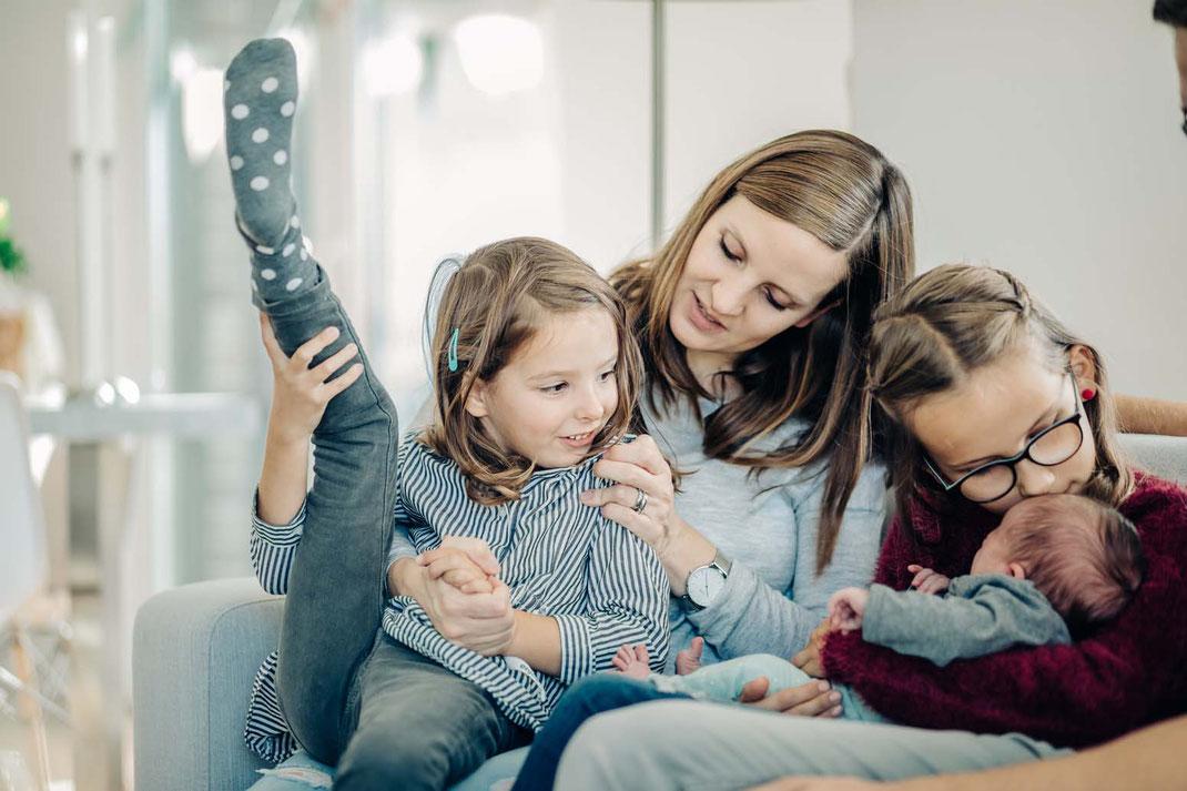 schwesterliebe-familienfotos-natürlich-zu-hause-geborgenheit-fotografieren