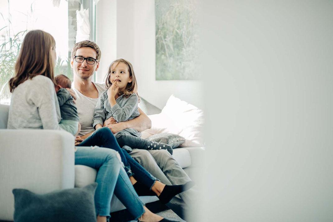 liebe-familienfotos-natürlich-zu-hause-geborgenheit-fotografieren