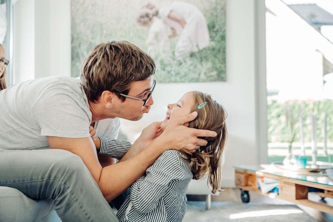 papa-familienfotos-natürlich-zu-hause-geborgenheit-fotografieren
