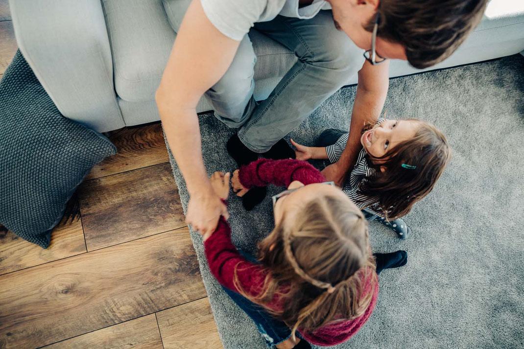 füße-kitzeln-familienfotos-natürlich-zu-hause-geborgenheit-fotografieren