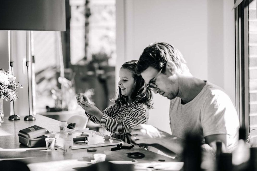basteln-familienfotos-natürlich-zu-hause-geborgenheit-fotografieren