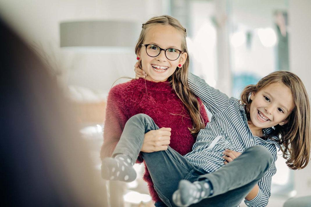 spielen-familienfotos-natürlich-zu-hause-geborgenheit-fotografieren