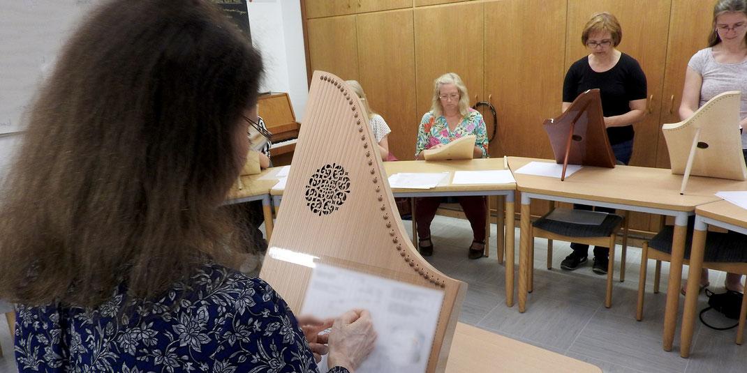 """Unter der Anleitung von Sueli Heider wird das Spiel flüssig, """"taktvoll"""" und harmonisch-melodisch. Sie schreibt inzwischen für die Veeh-Harfe eigene Arrangements."""
