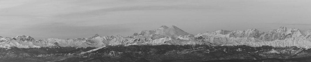 Der Elbrus und der Hauptkamm des Grossen Kaukasus.