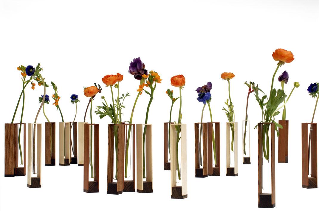 Vasen aus Holz und Glas
