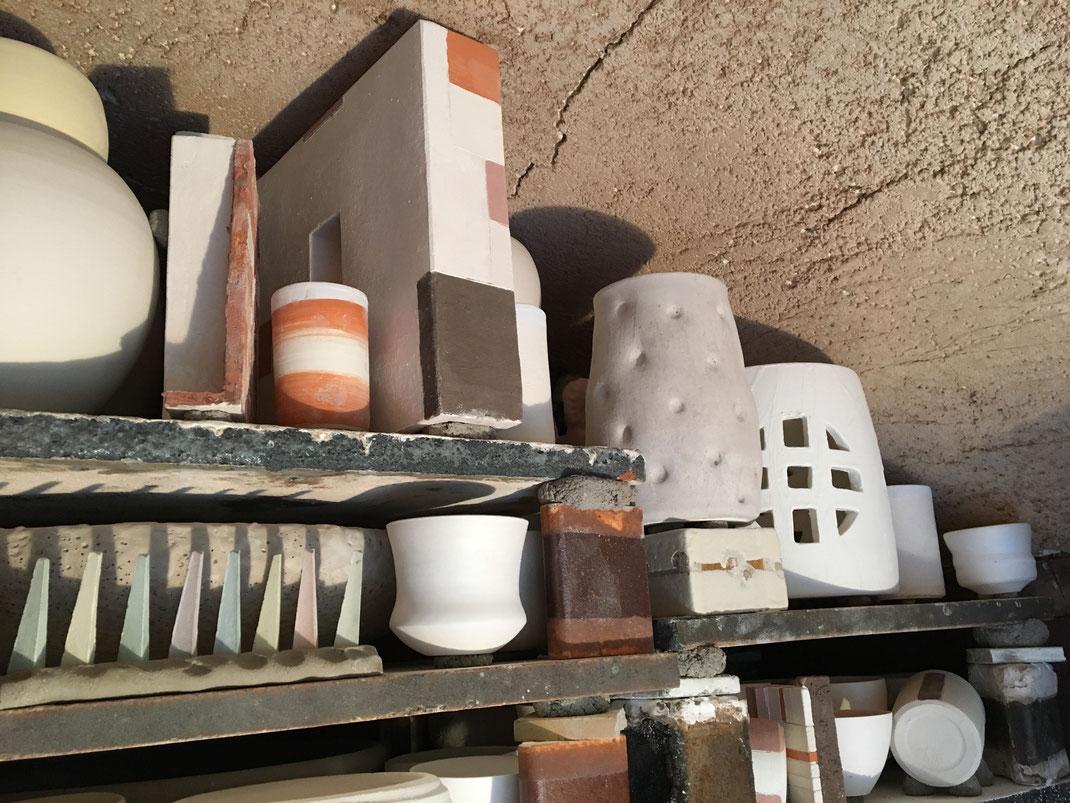 Der gesetzte Ofen mit den Keramikarbeiten und den Segerkegeln