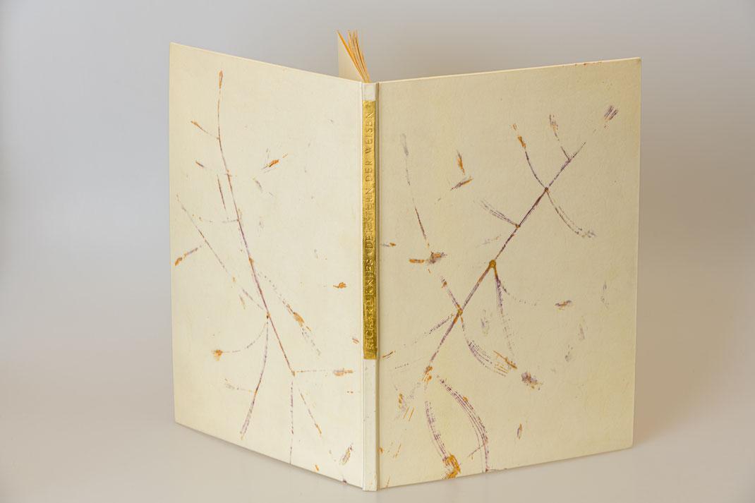"""Ganzpergamentband mit Kopfgoldschnitt, Titel auf Goldleder und Monotypie mit """"Tauber Trespe"""""""