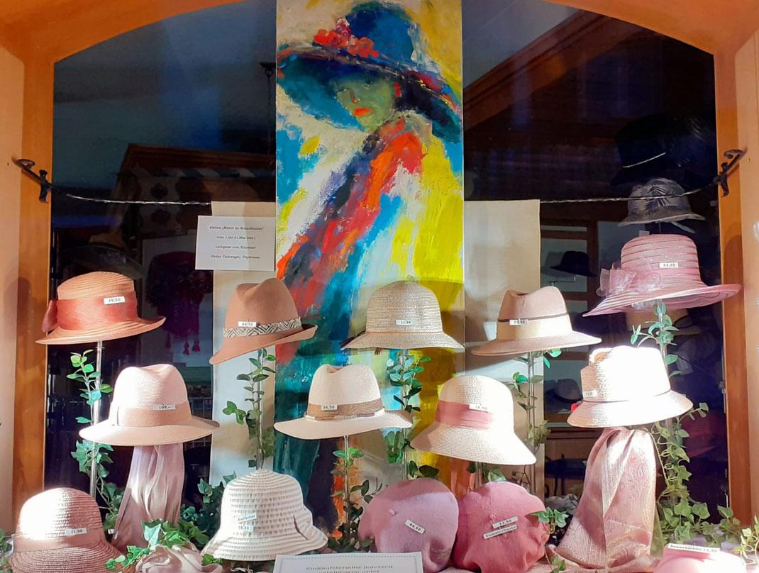 Künstler Heinz Viehweger Kunst im Schaufenster von Hut Schätz in der Rosenstraße Tegernsee
