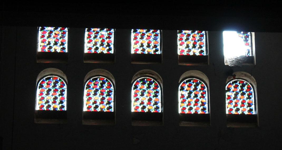 Die ornamentalen Fenster wurden 1936 von der Firma Deppen/Osnabrück hergestellt und eingesetzt. Wer sie entworfen hatte, wird in der Chonik nicht vermerkt. Vieles spricht jedoch dafür, dass es Wendling war.   ( Prof. Dr. Alfred MINKE)