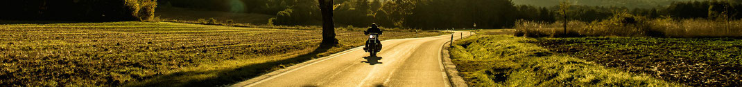 Le gîte de Giron relais motard, moto sur une route de campagne à la tombée du jour dans l'Ain département 01 en France