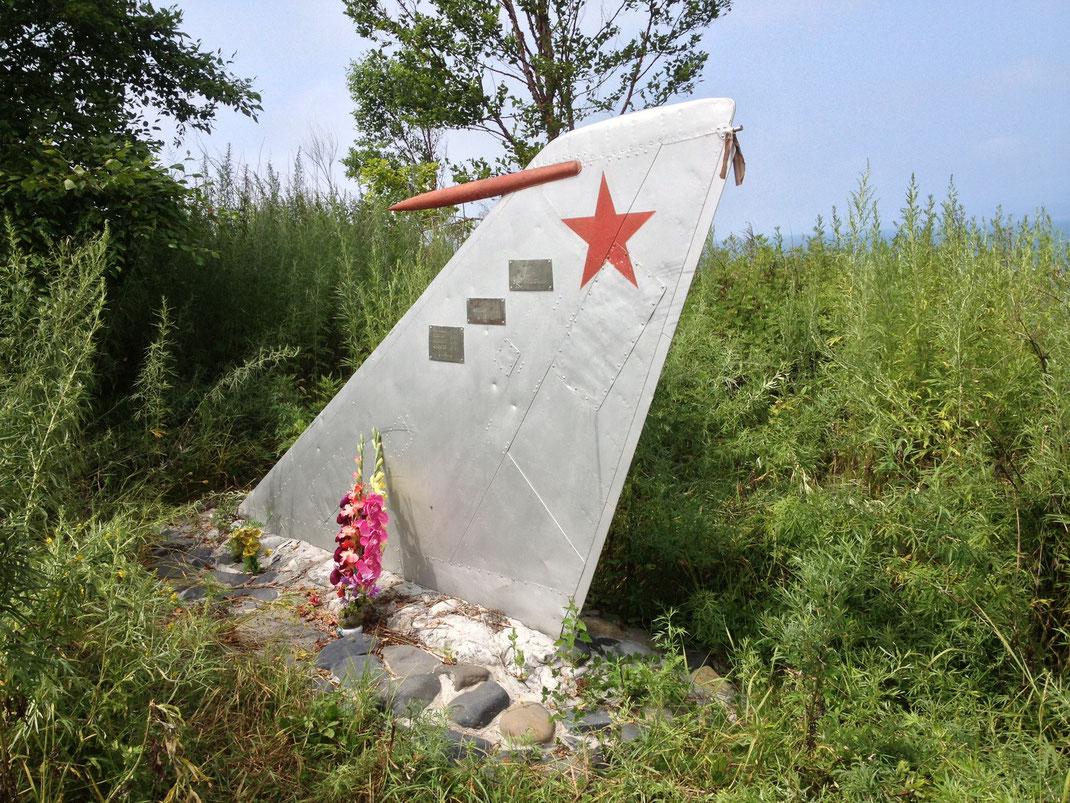 Так выглядят монументы на мысе Азарьева. Снимки сделаны летом 2014.