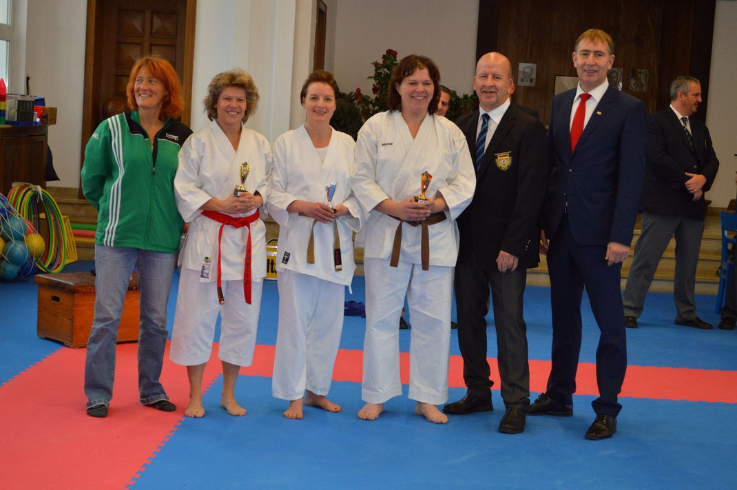 V.l.n.r.: Susanne Nitschmann (Landestrainerin KDNW), Barbara (Budokan Köln), Birgit (Karate-Dojo Gelsenkirchen-Buer), Martina (Bushido Köln), Ralf Vogt (Stellvertretender Kampfrichterreferent KDNW), Rainer Katteluhn (Präsident des KDNW)