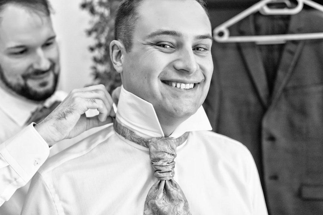 getting ready, bräutigam, ankleiden, hochzeit, hochzeitsreportage, hochzeitsfotografie, fotograf, hochzeitsfotograf, groom, benjamin pfeifer fotograf, smile, bräutigam lächchelt