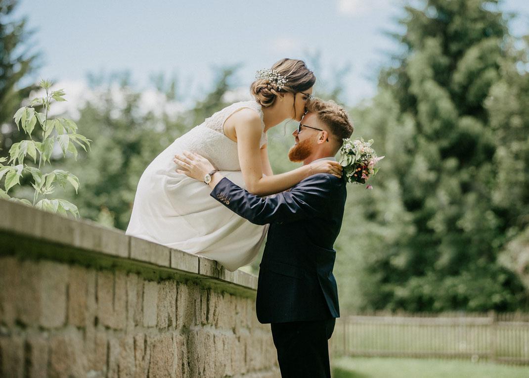 braut küsst Bräutigam-heiraten in sachsen