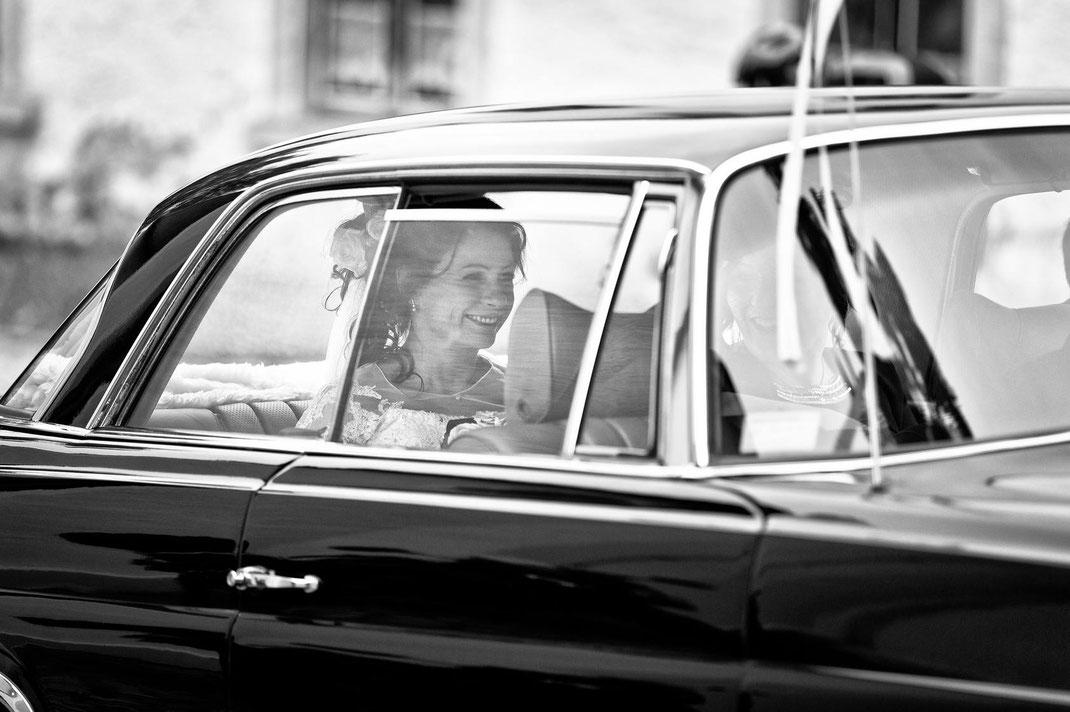 bride, braut, braut auto, braut im auto, hochzeitsfotograf erzgebirge, hochzeitsfotograf sachsen, hochzeit seiffen, seiffen hochzeit
