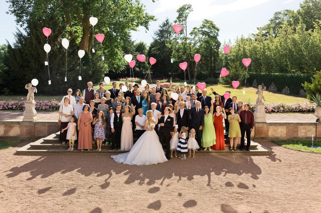 gruppenbild hochzeit, luftballons hochzeit, schloss lichtenwalde