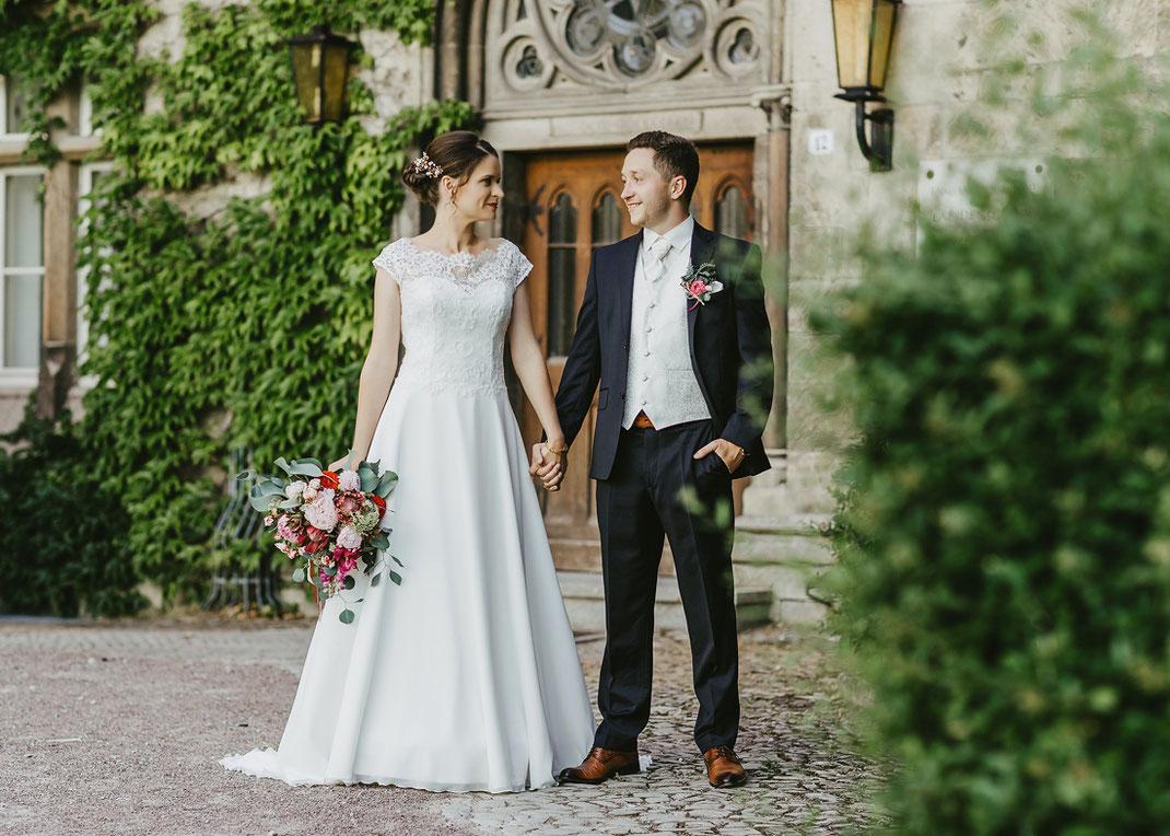Hochzeitspaar zum Fotoshooting in Schulforta (Eingang Internat von Stiftung Schulpforta)