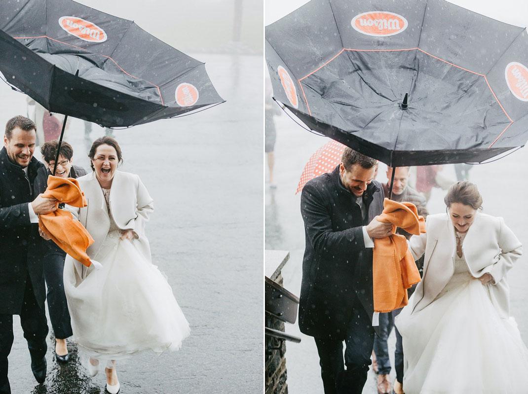 lustiges hochzeitsfoto, lustige hochzeitsfotos, hochzeit bei regen, hochzeitsfotos im regen, hochzeitsfotograf ben pfeifer