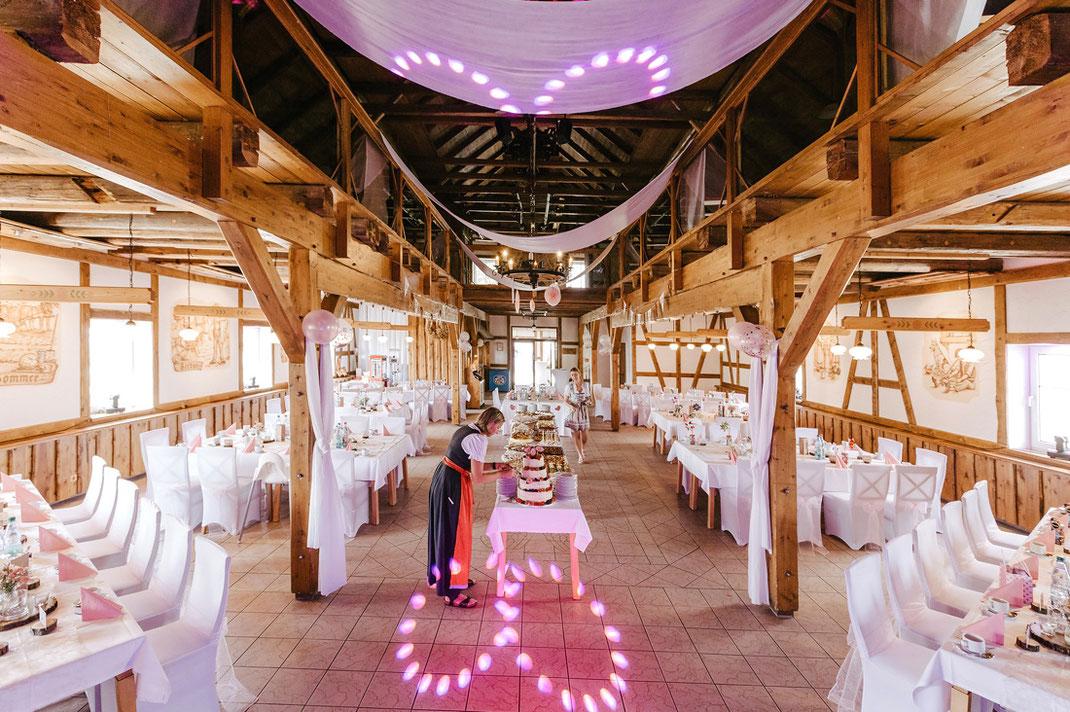 Innenansicht der Scheunenwirtin Großrückerswalde - letzte Vorbereitung für die Hochzeit, Scheune, Großrückerswalde