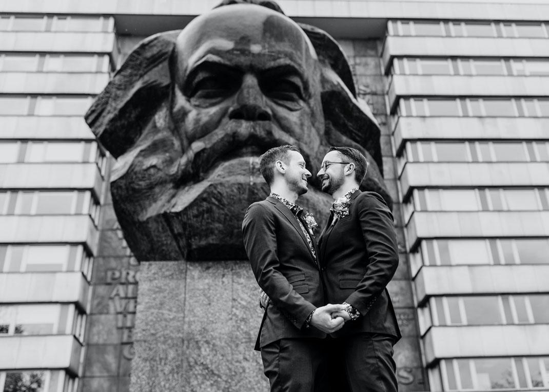 hochzeitsfotograf chemnitz, Männerhochzeit, hochzeit männer, schwule hochzeit, Karl Marx Monument Hochzeitsfotos