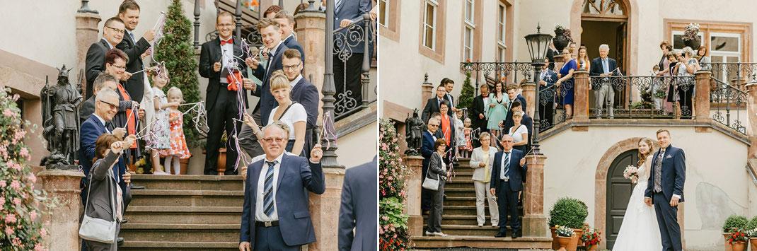 Hochzeitsgesellschaft auf der Treppe von Schloss Waldenburg