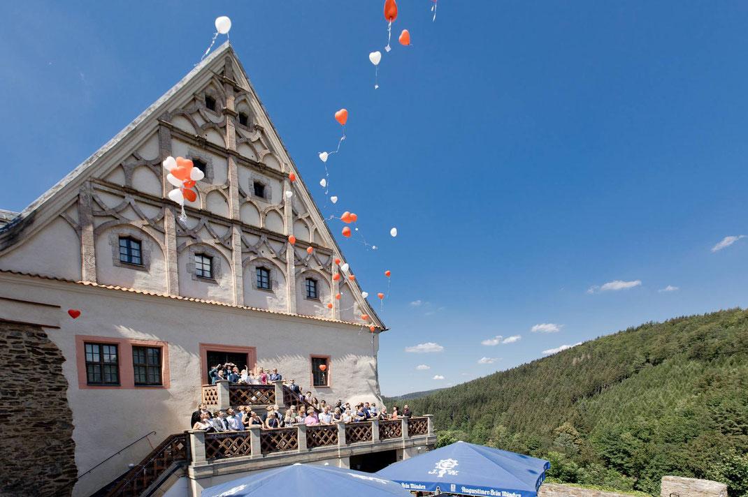 Hochzeit auf Burg Scharfenstein im Erzgebirge - Luftballons werden in den Himmel gelassen