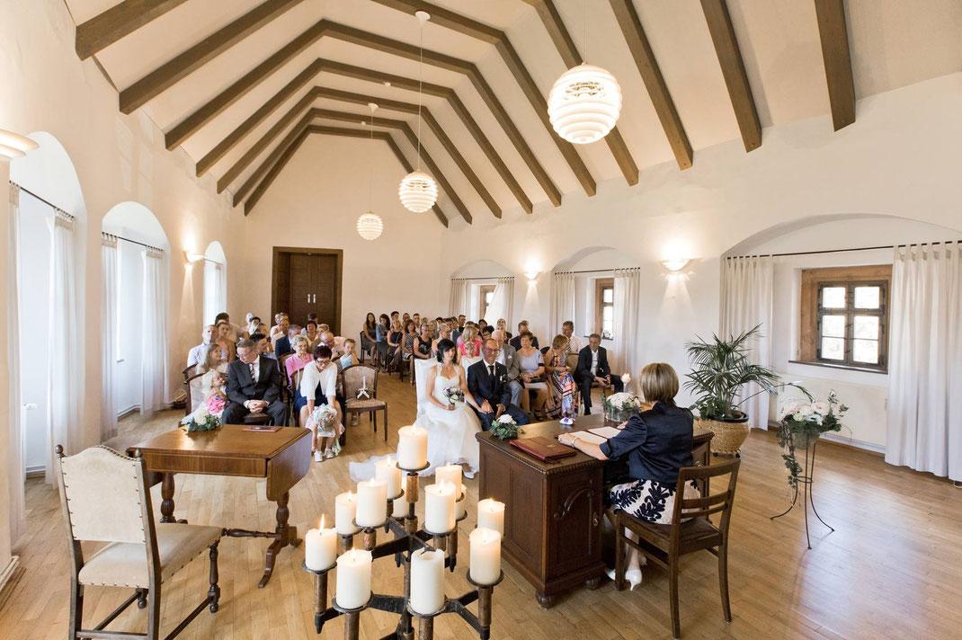 Der großzügige Trausaal auf Burg Scharfenstein bietet Platz für alle Hochzeitsgäste