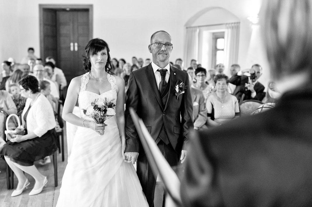 Braut und Bräutigam beim ja wort auf burg scharfstein