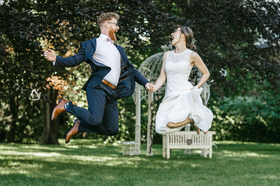 Hochzeitsfotos lustig, Brautpaar springt in die Luft, hochzeit fotos villa gückelsberg