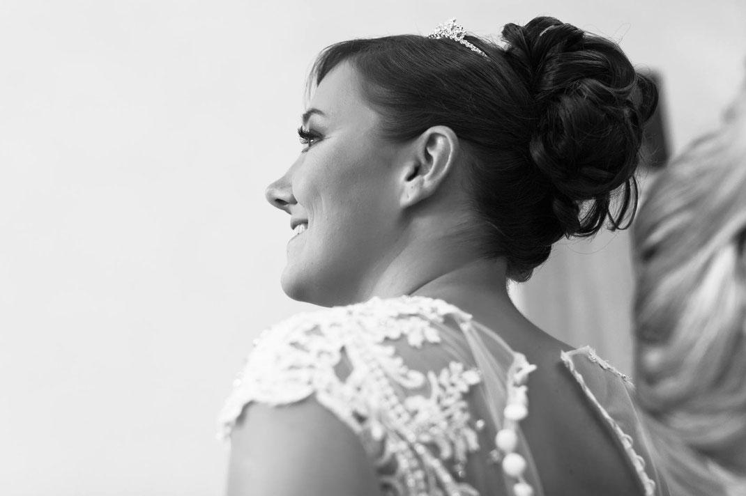 glückliche braut, bride, braut, lachen, lächeln, freude, getting ready, vorfreude