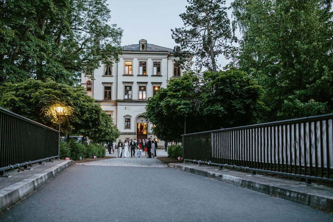 die villa gückelsberg an der flöha bei Abendstimmung mit hochzeitsgesellschaft