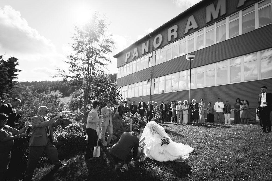 Hochzeitspaar pflanzt einen baum am Panoramahotel oberwiesenthal Hochzeitsfotograf ben pfeifer