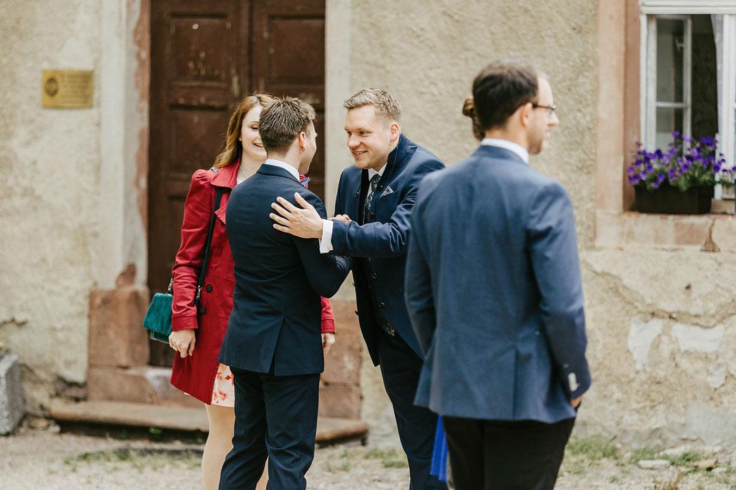 Bräutigam mit Hochzeitsgesellschaft im Schlosshof vor dem Schloss Wolkenburg 2