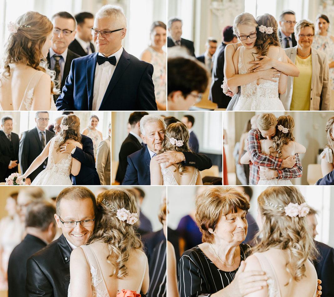 Glückwünsche der Hochzeitsgäste an das Brautpaar im Trauzimmer von Schloss Waldenburg